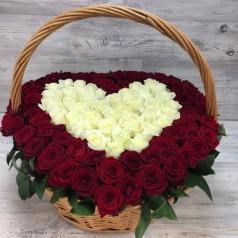"""Букет красных и белых роз """"Танец вдвоём"""" 71 шт"""
