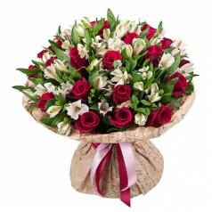 Прелестная букет роз и альстромерий