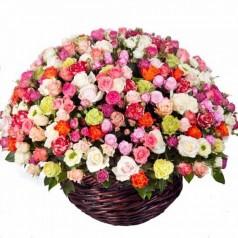 """Корзина Кустовые розы разноцветные 51 шт """"Скромная"""""""
