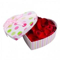 Лепестки роз в коробке