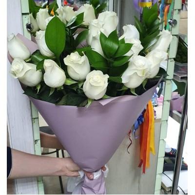 "Букет белых роз ""Рускус"" 17 шт"