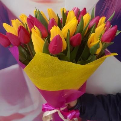 """Букет """"Рябинник"""" Тюльпаны желтые и малиновые 31 шт"""